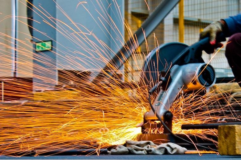 研修は外注ですべき? 製造業が研修を内製化するメリットとデメリット